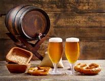 Vidrios de cerveza con el barril Fotografía de archivo libre de regalías