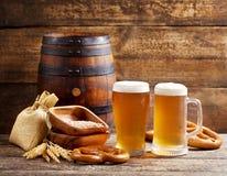 Vidrios de cerveza con el barril Imágenes de archivo libres de regalías