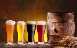 Vidrios de cerveza con un barril de madera. Fotografía de archivo libre de regalías