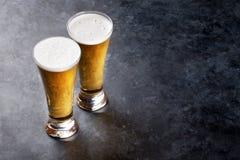 Vidrios de cerveza de cerveza dorada Imagen de archivo libre de regalías