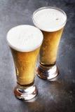 Vidrios de cerveza de cerveza dorada Fotografía de archivo