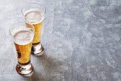 Vidrios de cerveza de cerveza dorada Imagenes de archivo