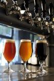 Vidrios de cerveza dorada y de oscuridad Fotos de archivo libres de regalías