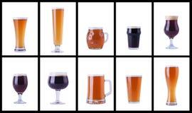 Vidrios de cerveza en blanco fotos de archivo