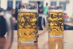 Vidrios de cerveza en fondo alemán del jardín de la cerveza Imagen de archivo libre de regalías