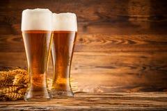 Vidrios de cerveza en tablones de madera Fotografía de archivo libre de regalías