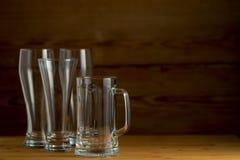 Vidrios de cerveza en un fondo de madera Imagen de archivo libre de regalías