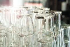 Vidrios de cerveza limpios vacíos de la barra en el contador de la barra fotografía de archivo