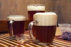 Vidrios de cerveza oscura Foto de archivo