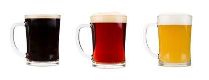 Vidrios de cerveza realistas aislados en el fondo blanco Imagenes de archivo