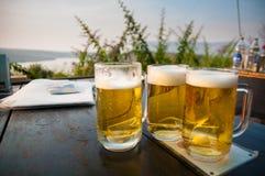 Vidrios de cerveza servidos en la tabla Fotos de archivo