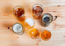 Vidrios de cerveza y tazas de cerveza Visión superior Foto de archivo