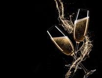 Vidrios de champán con el chapoteo, tema de la celebración imagenes de archivo