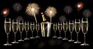 Vidrios de champán con el cubo de hielo y los fuegos artificiales Imagenes de archivo