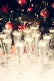 Vidrios de champán con el fondo del árbol de navidad Mucho glasse Fotos de archivo