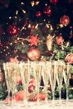 Vidrios de champán con el fondo del árbol de navidad Mucho glasse Imagen de archivo