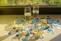 Vidrios de Champán con champán en la sol imagen de archivo