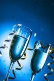 Vidrios de champán con la cinta rizada en brillante Fotografía de archivo libre de regalías