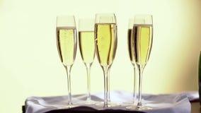 Vidrios de champán con las burbujas, en fondo amarillo almacen de video