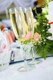 Vidrios de Champán con las flores Fotos de archivo