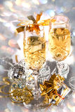 Vidrios de champán con los regalos de la cinta del oro foto de archivo libre de regalías