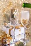 Vidrios de champán con los regalos de la cinta del oro fotos de archivo