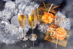 Vidrios de Champán, de los regalos y de las decoraciones de la plata Foto de archivo libre de regalías