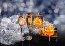 Vidrios de Champán, de los regalos y de las decoraciones de la plata Fotografía de archivo libre de regalías
