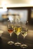 Vidrios de Champán Degustación de vinos en el restaurante Foto de archivo