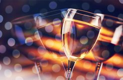 Vidrios de champán delicioso en festivo fotos de archivo