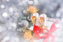 Vidrios de Champán en aún vida festiva Imagen de archivo