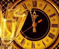 Vidrios de champán en el Año Nuevo \ 's Foto de archivo