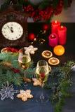 Vidrios de Champán en el ajuste del día de fiesta Celebración de la Navidad y del Año Nuevo con champán El día de fiesta de la Na Fotos de archivo