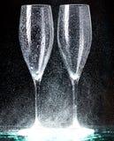 Vidrios de Champán en el espray negro Imagen de archivo libre de regalías