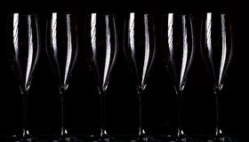 Vidrios de Champán en el espray negro Fotos de archivo