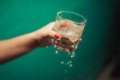 Vidrios de champán en el fondo del ramo de la boda de rosas rosadas Foco suave, foco selectivo Imágenes de archivo libres de regalías
