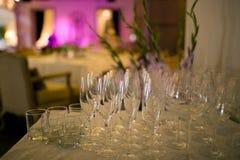 Vidrios de champán en el fondo interior Fotos de archivo