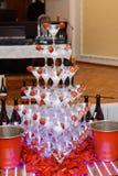 Vidrios de Champán en el partido Pirámide del champán Alcohol festivo Embriaguez colectiva Fotos de archivo