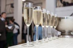 Vidrios de champán en el restaurante, abasteciendo Fotos de archivo libres de regalías