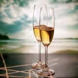 Vidrios de Champán en la playa tropical - Año Nuevo exótico Imagenes de archivo