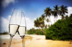 Vidrios de Champán en la playa tropical - Año Nuevo exótico Imágenes de archivo libres de regalías