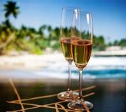 Vidrios de Champán en la playa tropical - Año Nuevo exótico Fotografía de archivo libre de regalías