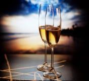 Vidrios de Champán en la playa tropical - Año Nuevo exótico Foto de archivo