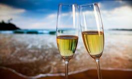 Vidrios de Champán en la playa tropical - Año Nuevo exótico Fotos de archivo