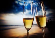 Vidrios de Champán en la playa tropical - Año Nuevo exótico Imagen de archivo libre de regalías