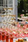 Vidrios de champán en la tabla Imágenes de archivo libres de regalías