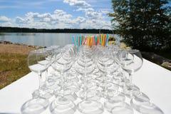 Vidrios de champán en la tabla Imagen de archivo
