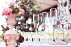Vidrios de Champán en la tabla de la boda foto de archivo