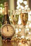 Vidrios de Champán listos para traer en el Año Nuevo Fotografía de archivo libre de regalías