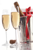 Vidrios de champán para el día de tarjeta del día de San Valentín con el regalo Foto de archivo libre de regalías